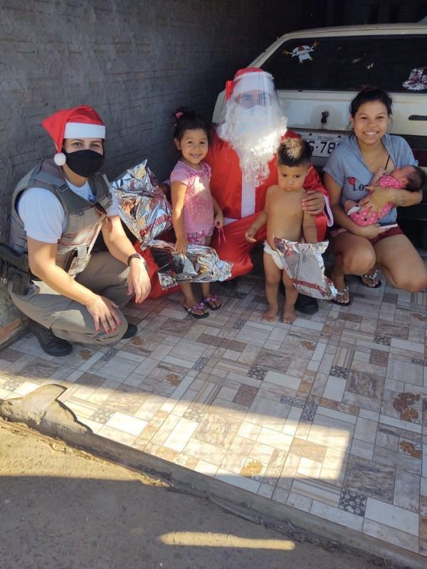 Policiais Militares de Itaqui entregam presentes às crianças